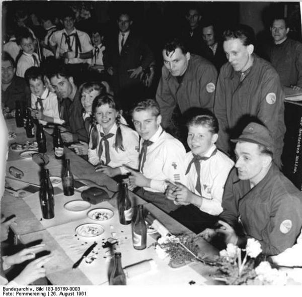 Bundesarchiv Bild 183 85769 0003  Berlin  Mauerbau  Kampfgruppen  JP Besuch