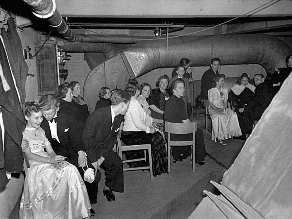 Afdansningsbal evakueret til beskyttelsesrum  Odense 1942  Frihedsmuseet