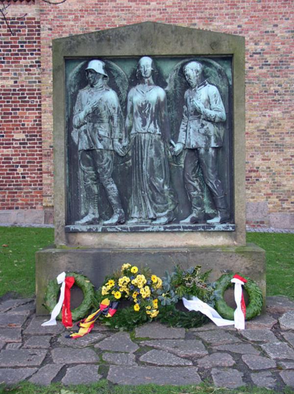 Foto Kim Furdal  ISL Monument paa Sct  Nicolai Kirkes nedlagte kirkegaard i AAbenraa 0890