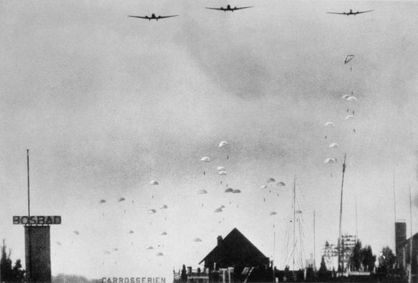 Duitse parachutisten landen in Nederland op 10 mei 1940b