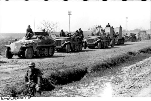 Bundesarchiv Bild 101I 186 0184 02A  Russland  motorisierte Truppen beim Marsch