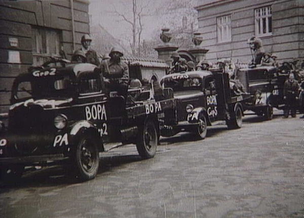 Bopafolk paa lastbiler i dagene efter befrielsen  maj 1945  Frihedsmuseet