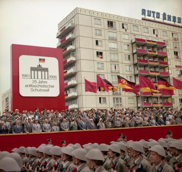 Bundesarchiv Bild 183 1986 0813 460  Berlin  Parade von Kampfgruppen zum Mauerbau